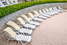 Presidenze di spiaggia disordinate da pulire Immagini Stock Libere da Diritti