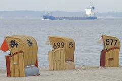 Presidenze di spiaggia incappucciate Immagine Stock
