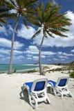 Presidenze di spiaggia sulla spiaggia di alba Fotografia Stock