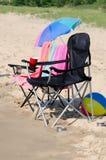 presidenze di spiaggia vuote pronte per divertimento di estate Immagine Stock Libera da Diritti