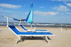 Presidenze ed ombrello di spiaggia Fotografie Stock