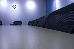 Presidenze in una riga nella sala per conferenze Fotografie Stock Libere da Diritti