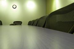 Presidenze in una riga nella sala per conferenze Fotografia Stock Libera da Diritti