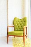 Presidenze verdi di legno del braccio in salone Fotografia Stock Libera da Diritti