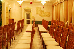 Presidenze vuote nelle righe alla presentazione in hotel Immagine Stock