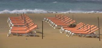 Presidenze vuote sulla spiaggia Fotografia Stock Libera da Diritti