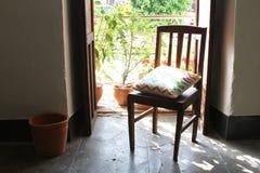Presidera framme av Open balkongdörr med blommor Royaltyfri Foto