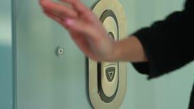 Presiona el botón para un elevador almacen de video