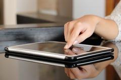 Presionado a mano de la mujer una pantalla táctil de la tableta Fotografía de archivo