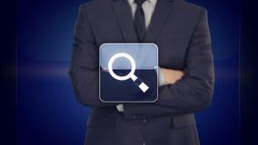Presionado a mano del hombre de negocios un botón virtual de la búsqueda en la pantalla virtual libre illustration