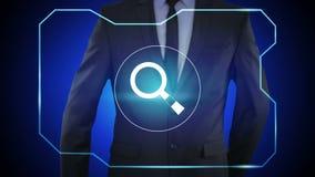 Presionado a mano del hombre de negocios un botón virtual de la búsqueda en la pantalla virtual ilustración del vector