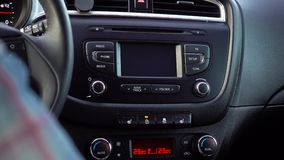 Presionado a mano el botón de la puerta de cerradura en su coche almacen de metraje de vídeo