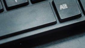 Presionado a mano o empujar del botón de la barra de espacio en ordenador portátil almacen de video