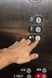Presionar el botón del elevador Fotos de archivo libres de regalías