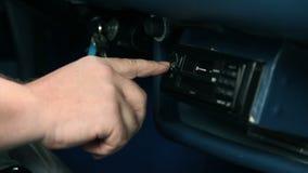 Presionar el botón en la radio para la estación de radio cambiante almacen de metraje de vídeo