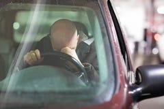 Presione al hombre envejecido centro en el coche foto de archivo