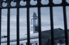 Preso del tiempo La torre de Stockport Inglaterra con el reloj ve a través una cerca negra Fotografía de archivo