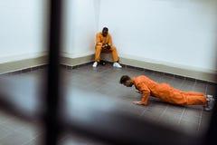 preso que hace pectorales en piso imagen de archivo libre de regalías