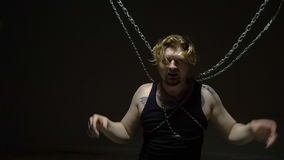 Preso rubio torturado en cadenas metrajes