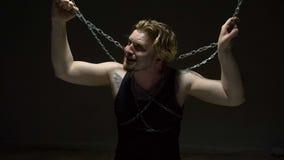 Preso torturado en cadenas almacen de video