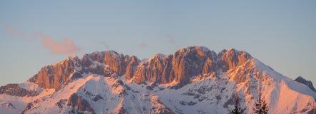 Presolana是Orobie的山脉,意大利阿尔卑斯 背景捷克最高的横向山snezka冬天 在日落岩石成为红色,桔子和桃红色 免版税库存图片