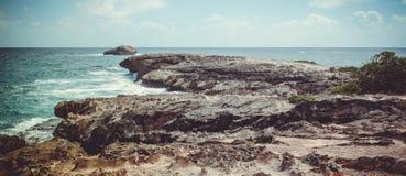 Presque aucune végétation dans ce petit cap de Hawatian n'a fini avec un îlot, aux USA photo libre de droits