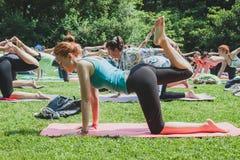 Presque 2000 personnes prennent un cours collectif gratuit de yoga en parc de ville à Milan, Italie photo stock