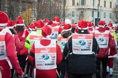 Presque 10,000 Santa participent au Babbo fonctionnant à Milan, Italie Images stock