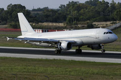 Presque tout l'atterrissage A320 blanc Images libres de droits