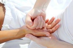 A pressão de Digitas entrega a terapia da massagem do reflexology Fotos de Stock Royalty Free