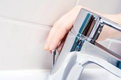 Pressão de mão fêmea uma vara atrás do torneira de Chrome para abrir a tomada de dreno fotos de stock