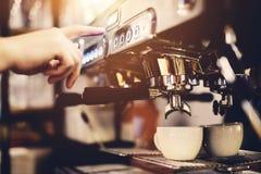 Pressão de mão o botão em uma máquina do café Preparação do café Fotos de Stock Royalty Free