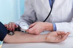 Pressão sanguínea de medição Fotografia de Stock