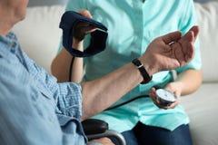 Pressão sanguínea de medição da enfermeira Foto de Stock
