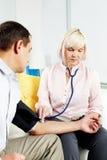 Pressão sanguínea de medição em casa Imagens de Stock Royalty Free