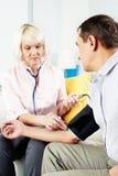 Pressão sanguínea de medição em casa Foto de Stock Royalty Free