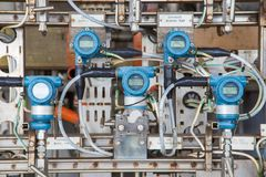 Pressão, temperatura, transmissor do diferencial e de fluxo para o monitor e valor de medição enviado ao controlador programável  foto de stock