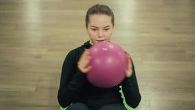 Press för sportflickaskakor med bollen i idrottshall stock video