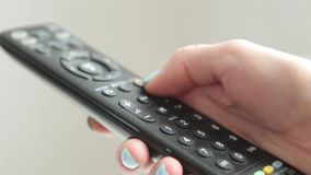 Press knapparna p? TVfj?rrkontrollen stock video