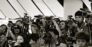 Press och massmedia på presskonferens Royaltyfri Bild