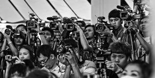 Press och massmedia på presskonferens Royaltyfri Fotografi