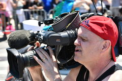 Press som arbetar under den 34th årliga sjöjungfrun, ståtar på Coney Island Arkivbild