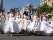 Pressa das noivas para baixo à cidade da rua fotografia de stock royalty free