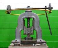 Pressa piegatrice manuale d'annata contro una parete verde Fotografia Stock Libera da Diritti