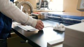 Pressaffär - arbetaren arbetar på polygrafmaskinen, printingbransch lager videofilmer