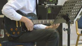 Pressatura delle corde sulla chitarra elettrica che gioca primo piano 4k Il musicista esegue il concerto solo di jazz stock footage