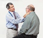 Presse-étoupe de Swollen de docteur Examining Senior Patient's Photographie stock libre de droits