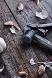 Presse d'ail de vintage sur le vieux backgorund en bois Photo stock