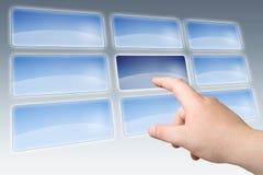 Presse de main sur l'écran tactile blanc Image stock