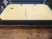 Presse de plateau de dessus de Tableau de vintage avec les rouleaux encrés bleus Photographie stock libre de droits